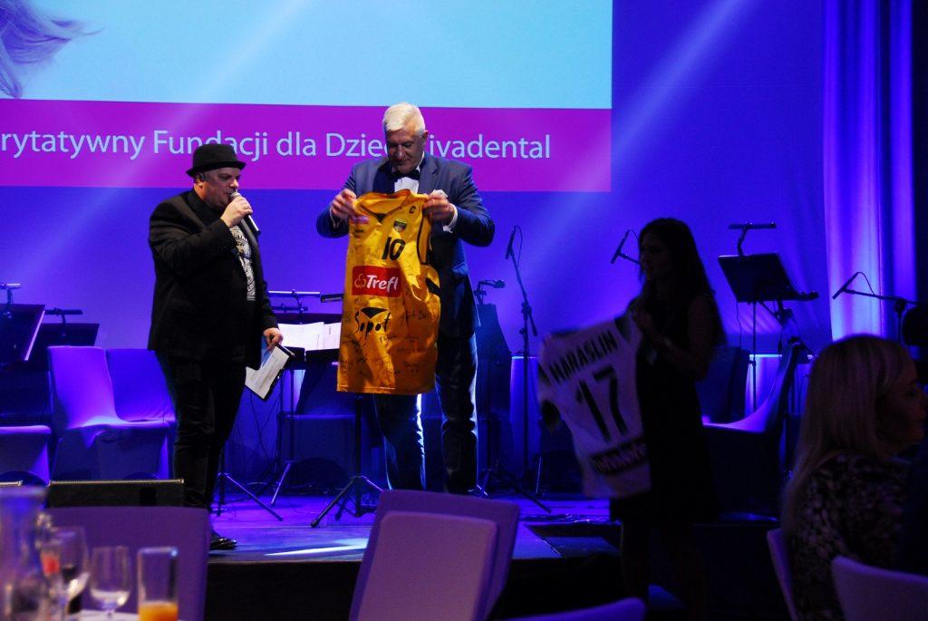 jaroslaw-szycik-prezentuje-koszulke-trefla-sopot